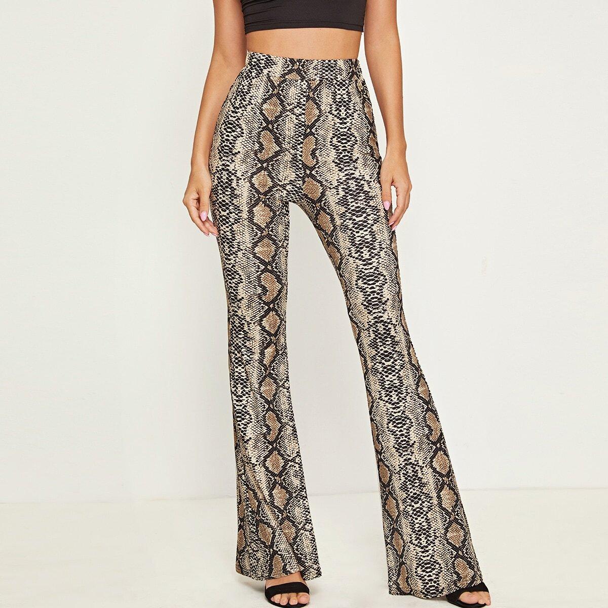 Расклешенные брюки со змеиным принтом