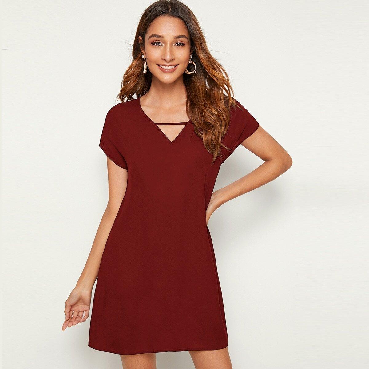 Однотонное платье с v-образным вырезом