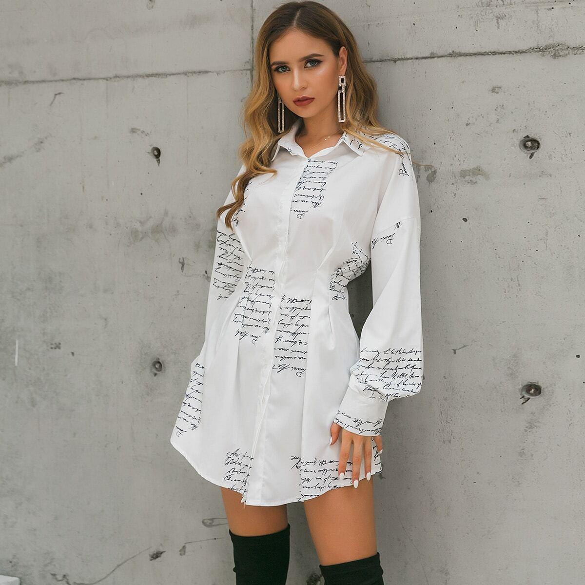 платье-рубашка с текстовым принтом