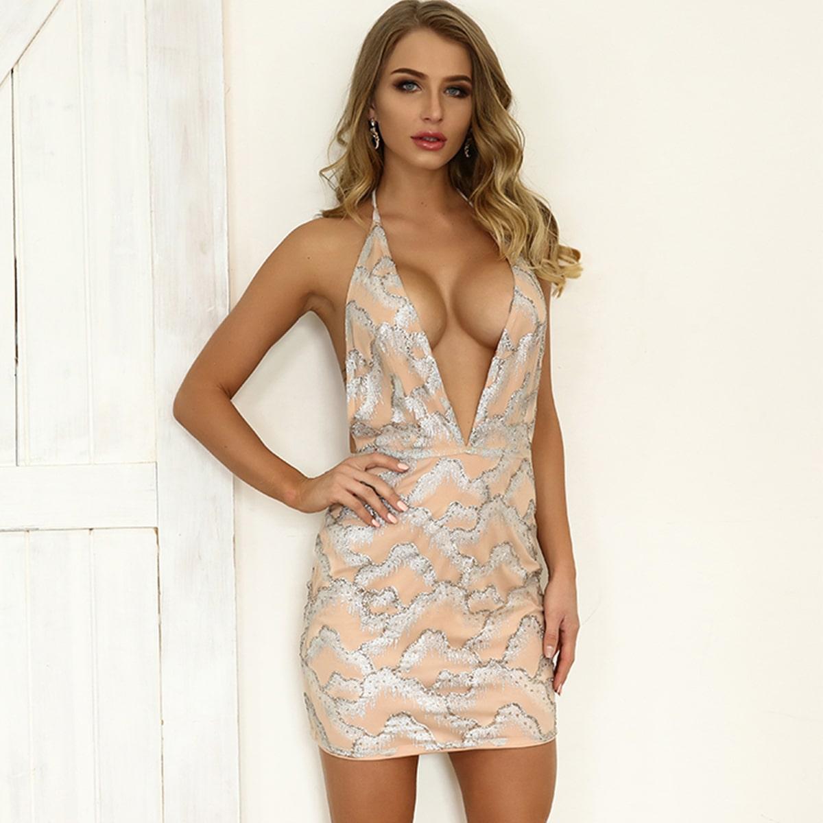 облегающее платье с глубоким вырезом
