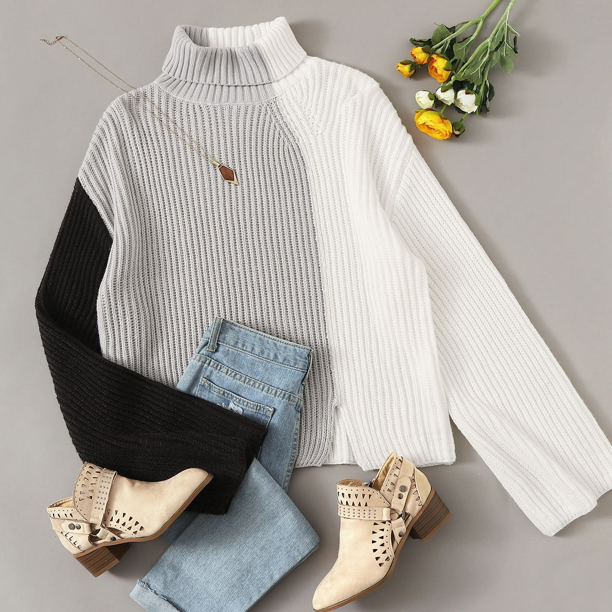 Контрастный свитер размера плюс с высоким вырезом