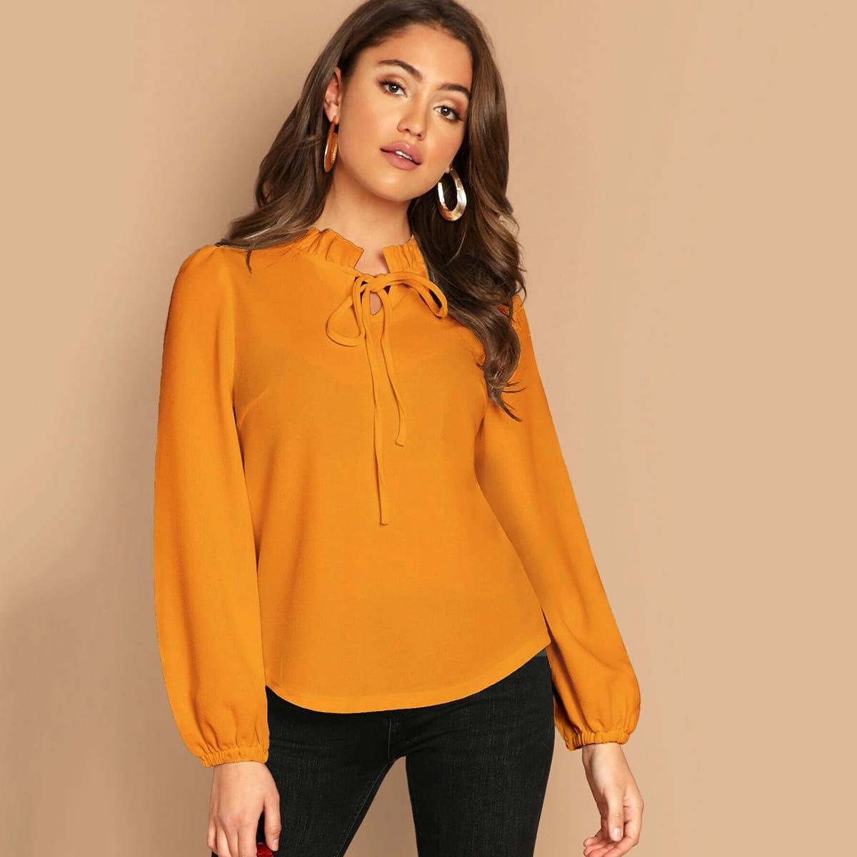 Однотонная блузка с завязкой на шее и складкой