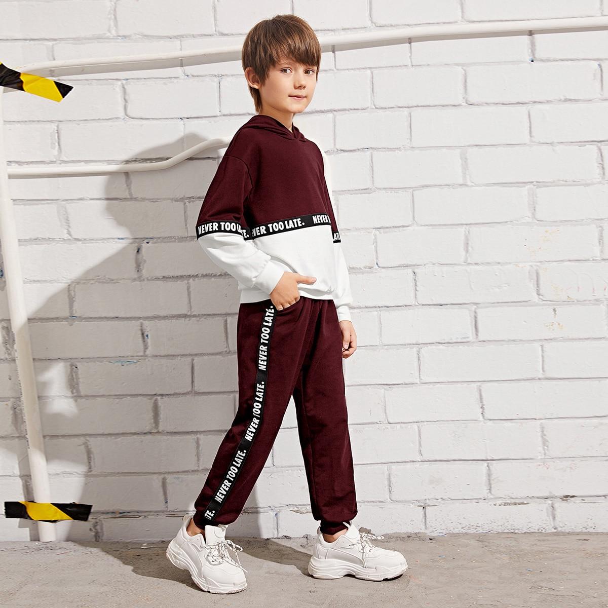 Брюки и двухцветная толстовка с текстовой лентой для мальчиков