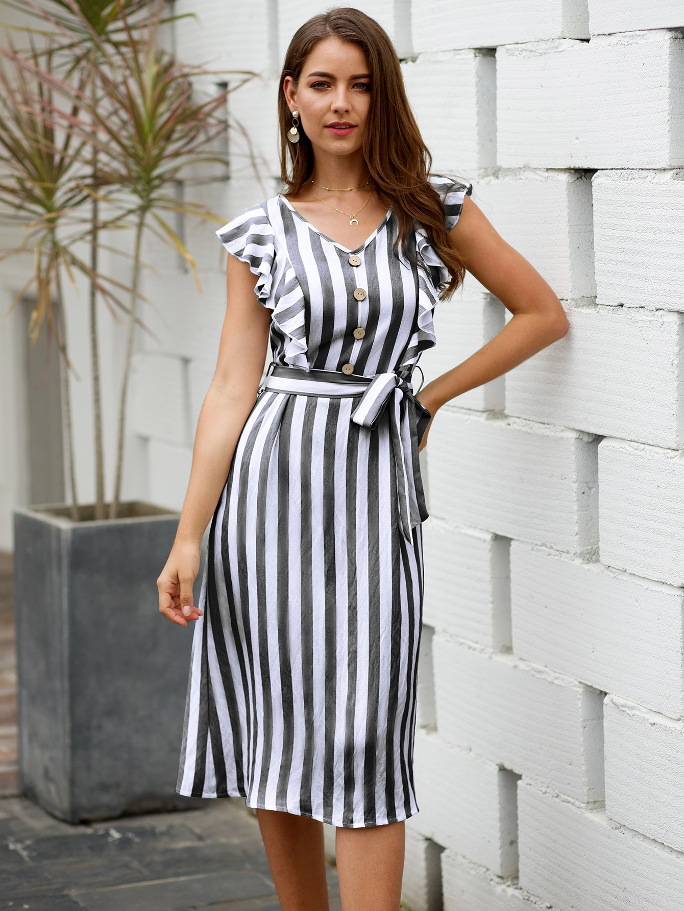 платье в вертикальную полоску фото