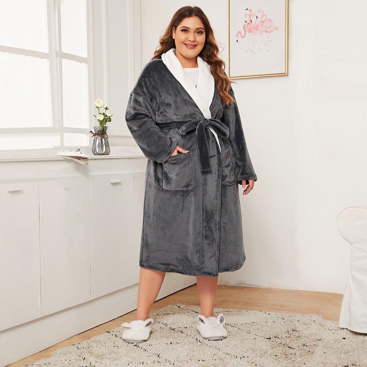 Плюшевый халат размера плюс с контрастным воротником и поясом