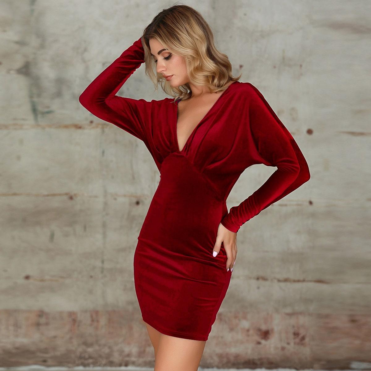 облегающее бархатное платье с глубоким вырезом от SHEIN