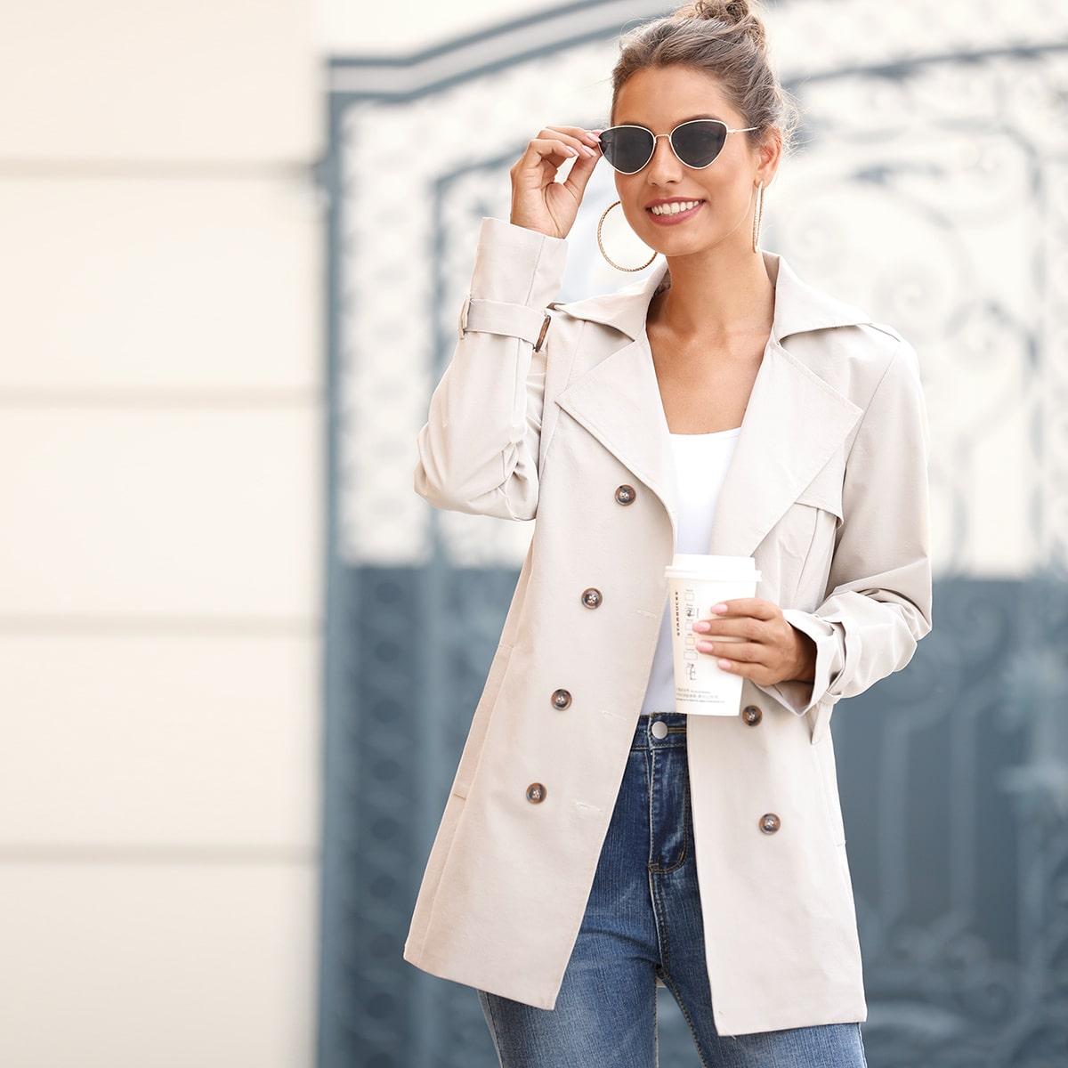 Однотонное двубортное пальто с поясом