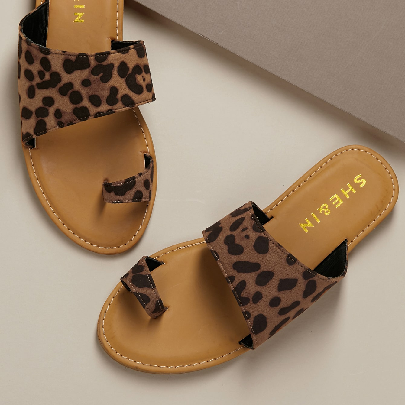 Сандалии на плоской подошве с леопардовым принтом от SHEIN