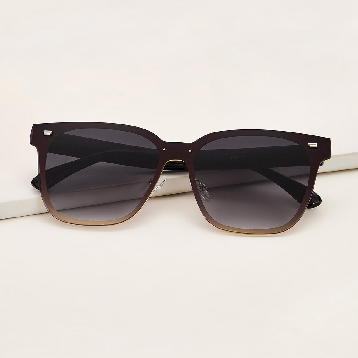 Солнечные очки с декором и футляром