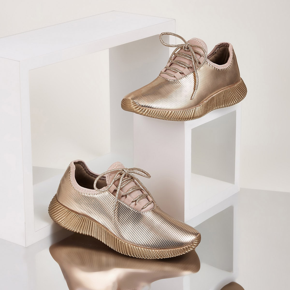 Кроссовки на шнурках металлического цвета