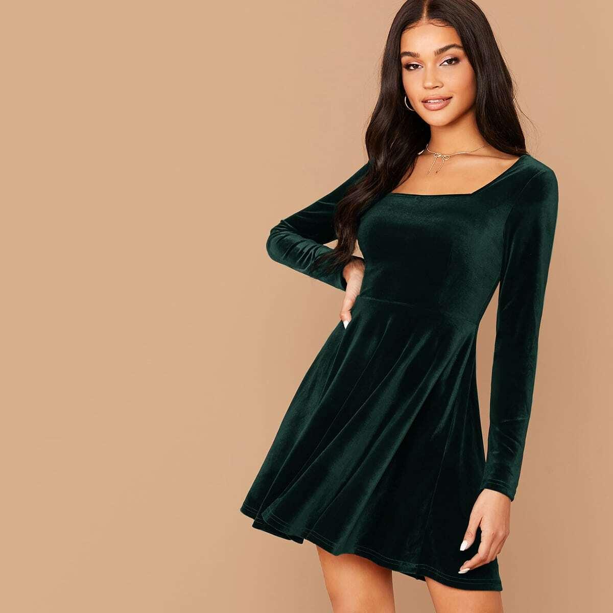 Однотонное бархатое платье с квадратным вырезом