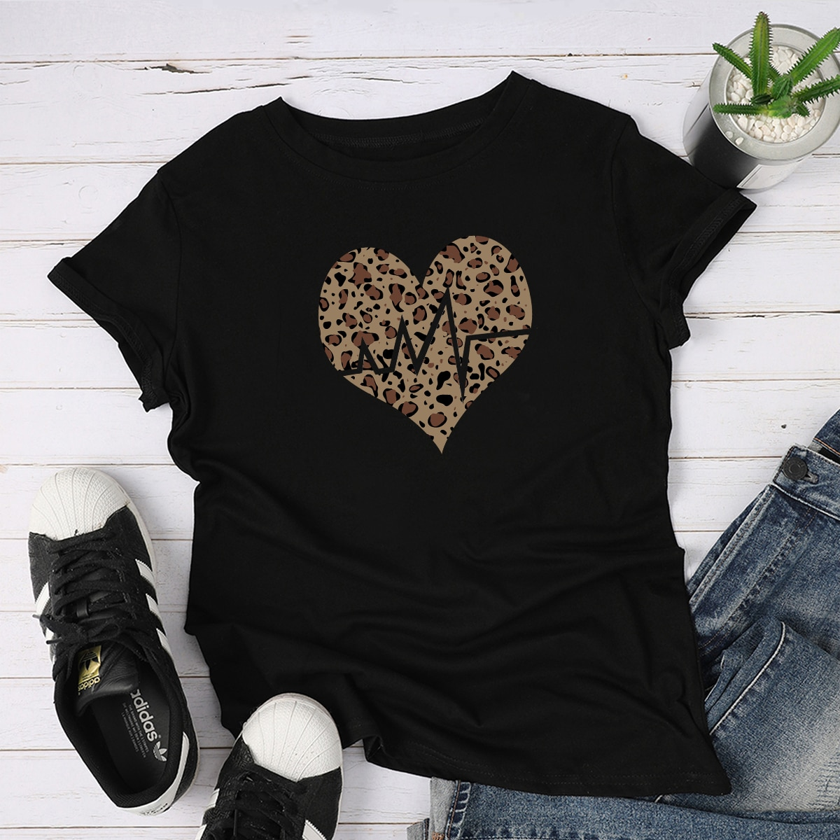 Футболка с леопардовым принтом и принтом сердечка