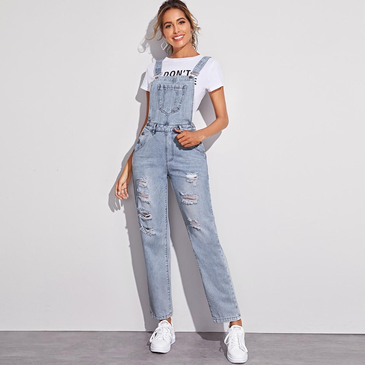 Рваный джинсовый комбинезон с карманом
