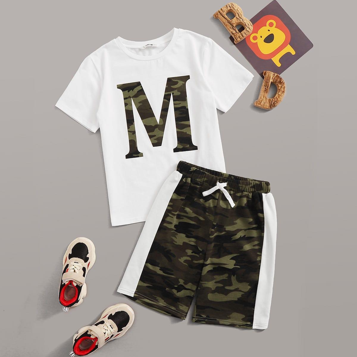 Топ с текстовым принтом и контрастные камуфляжные шорты для мальчиков