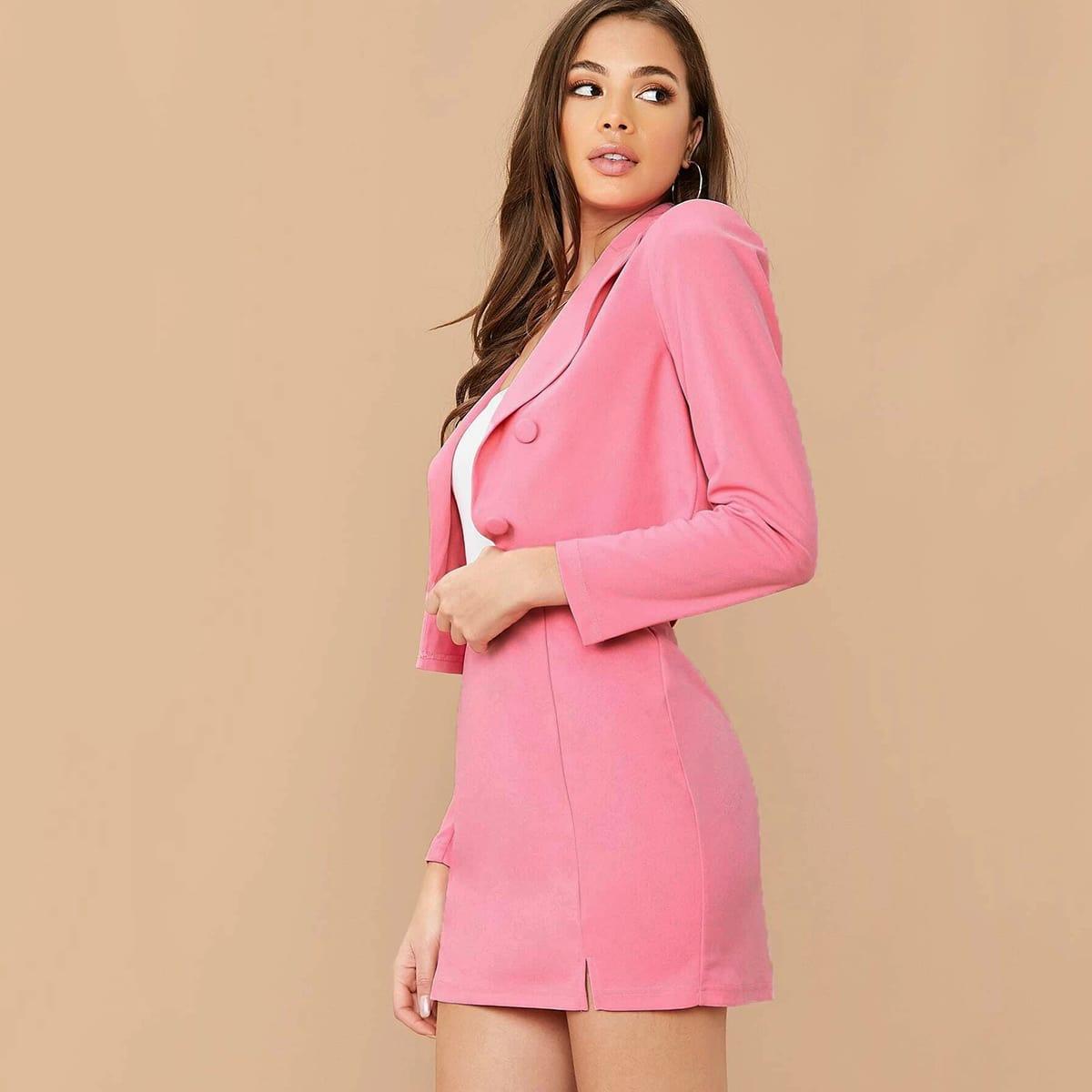 Двубортный короткий пиджак и юбка с разрезом