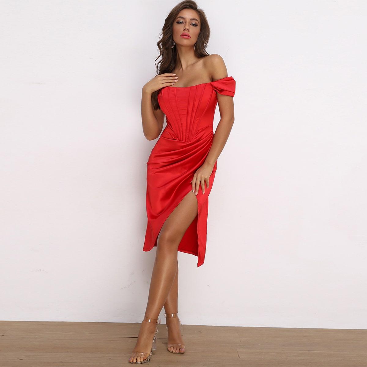 атласное платье с открытыми плечами и складкой