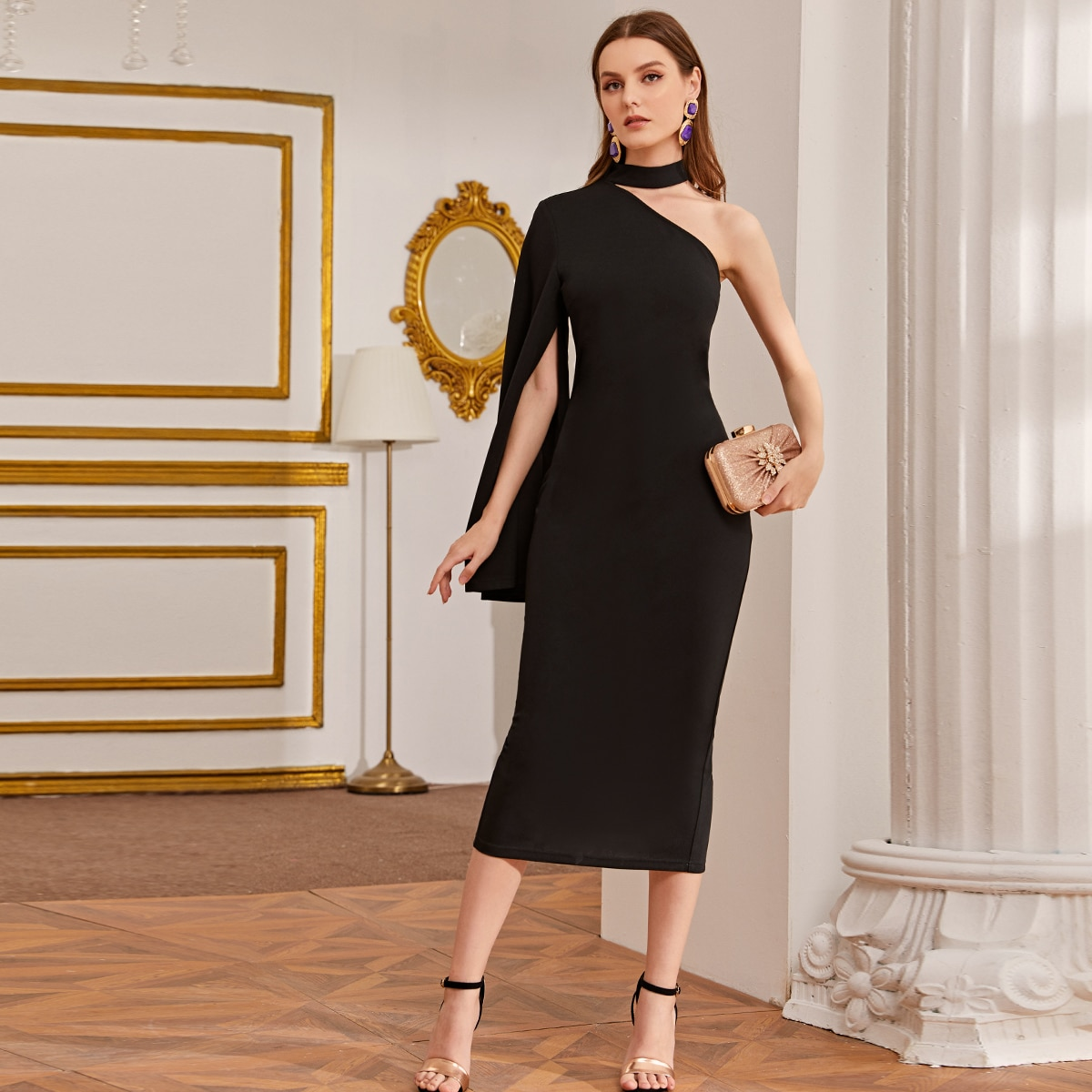 Платье на одно плечо с воротником-чокером и разрезом на рукаве