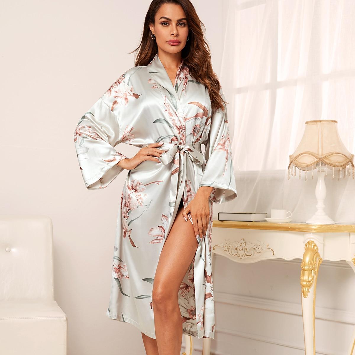 Атласный халат с цветочным принтом и поясом