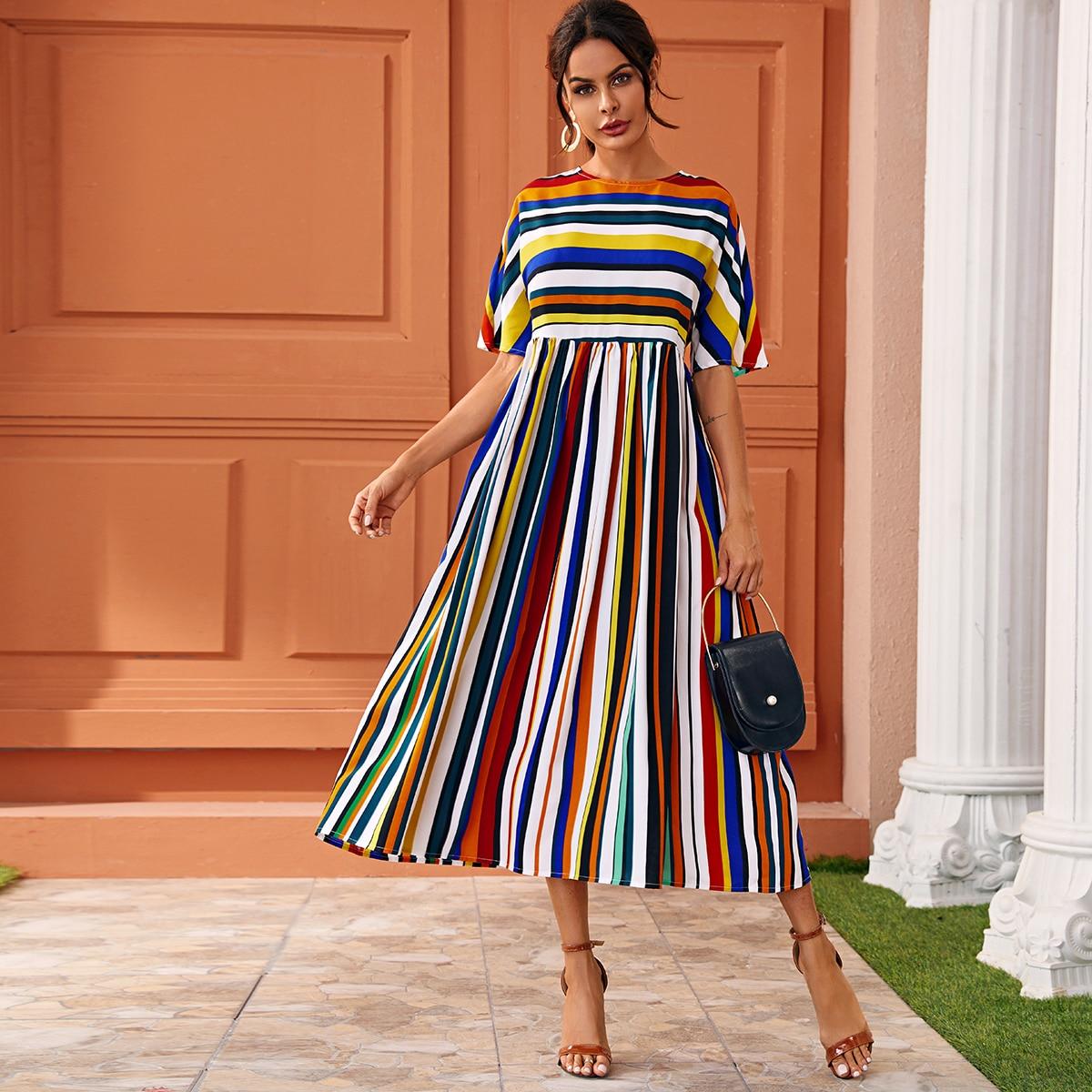 Длинное платье в полоску с оригинальным рукавом