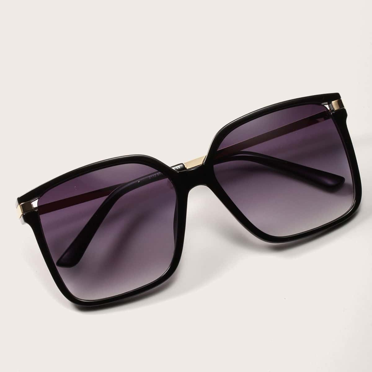 Солнечные очки с квадратной рамкой и футляром