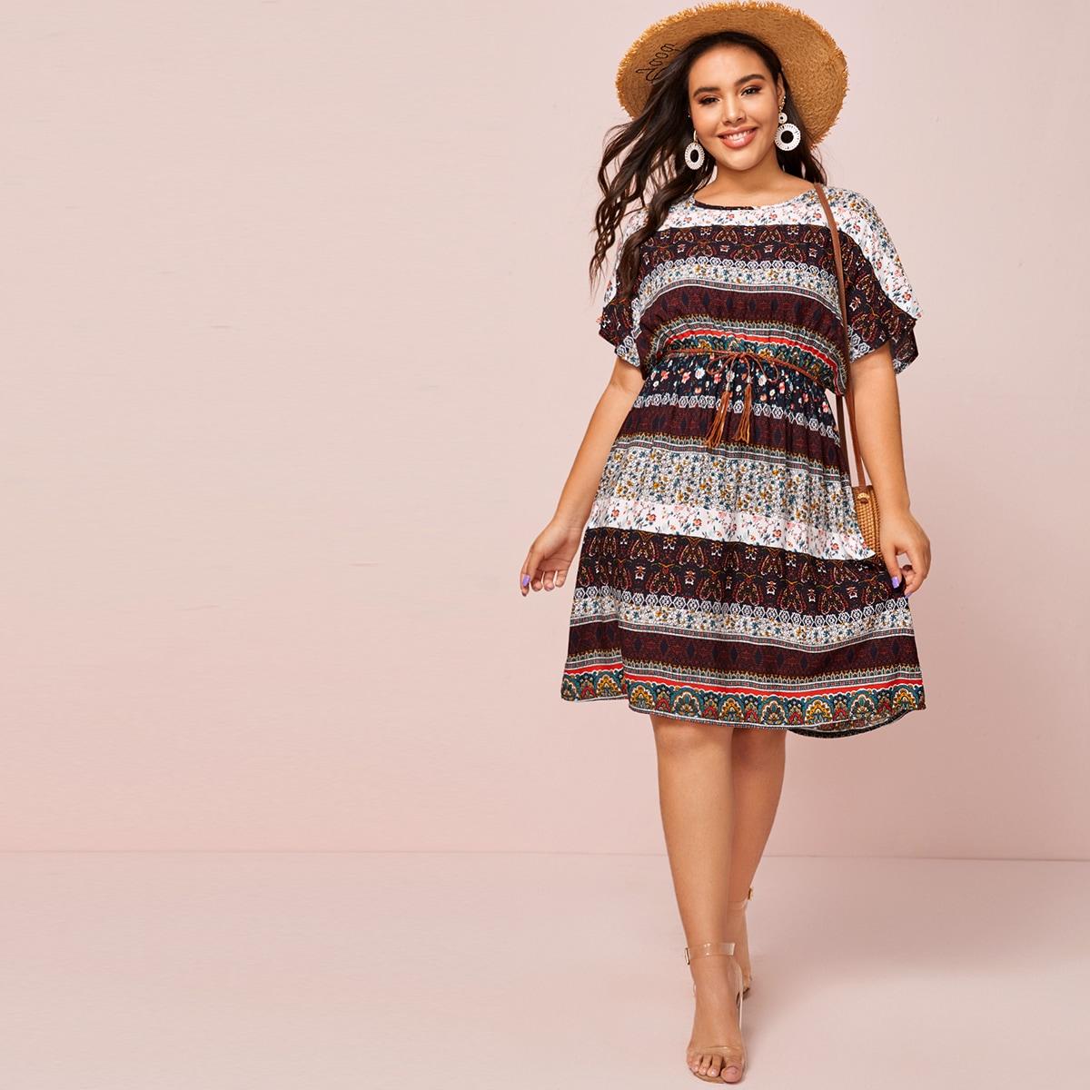Платье размера плюс с оригинальным принтом и поясом