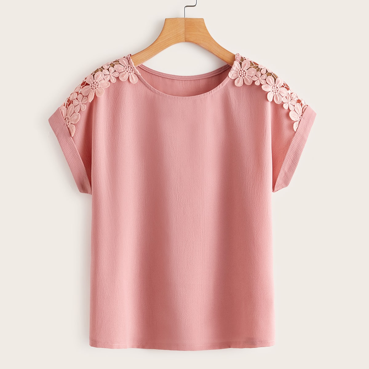 Однотонная блузка с кружевной отделкой