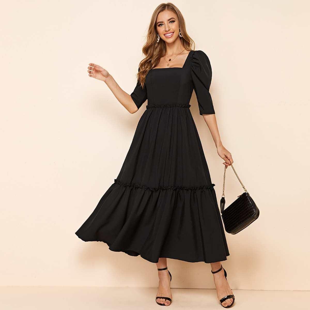 Платье с квадратным вырезом и оригинальным рукавом
