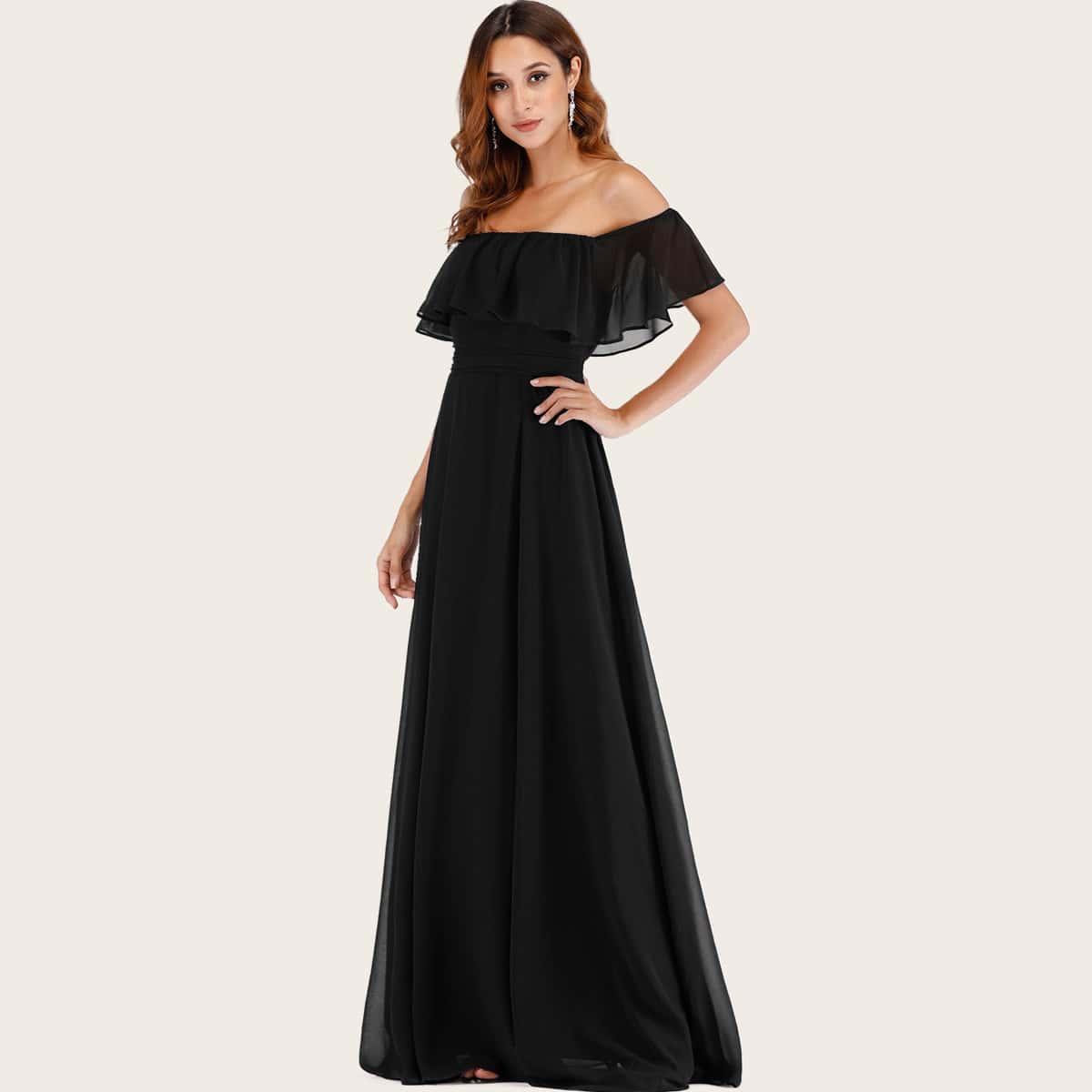 Платье с открытыми плечами и разрезом