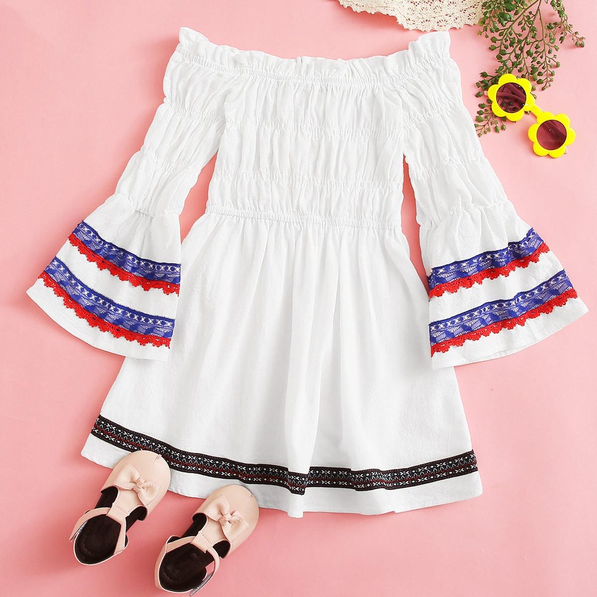 Платье с открытыми плечами и вышивкой для девочек