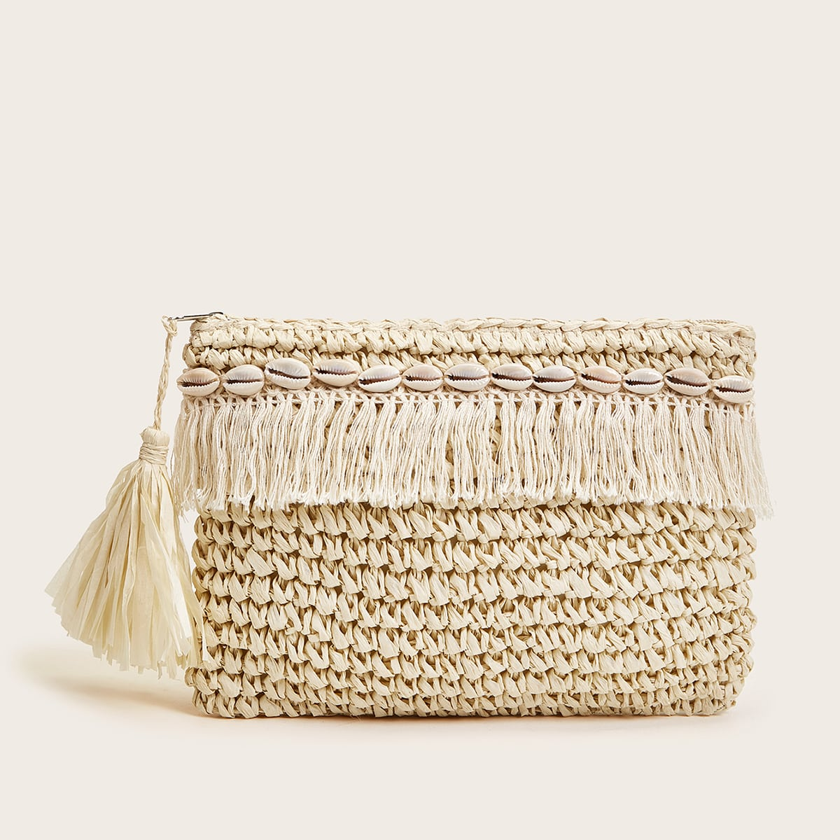 Плетеная сумка-клатч с декором ракушки и бахромой