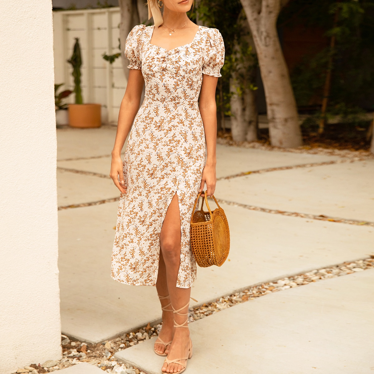 Цветочное платье с пышными рукавами и разрезом