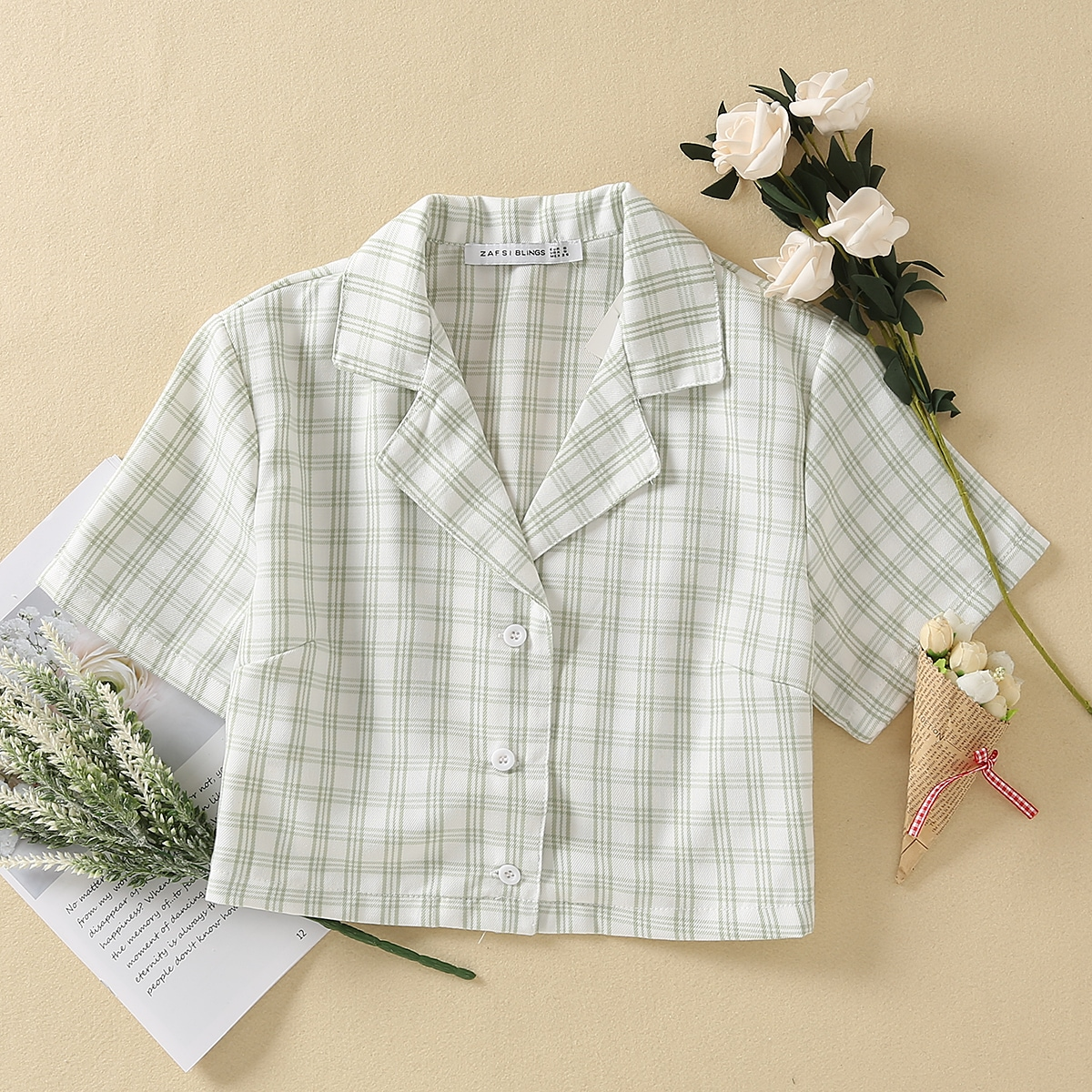 Короткая блузка в клетку с вырезом-лацканом