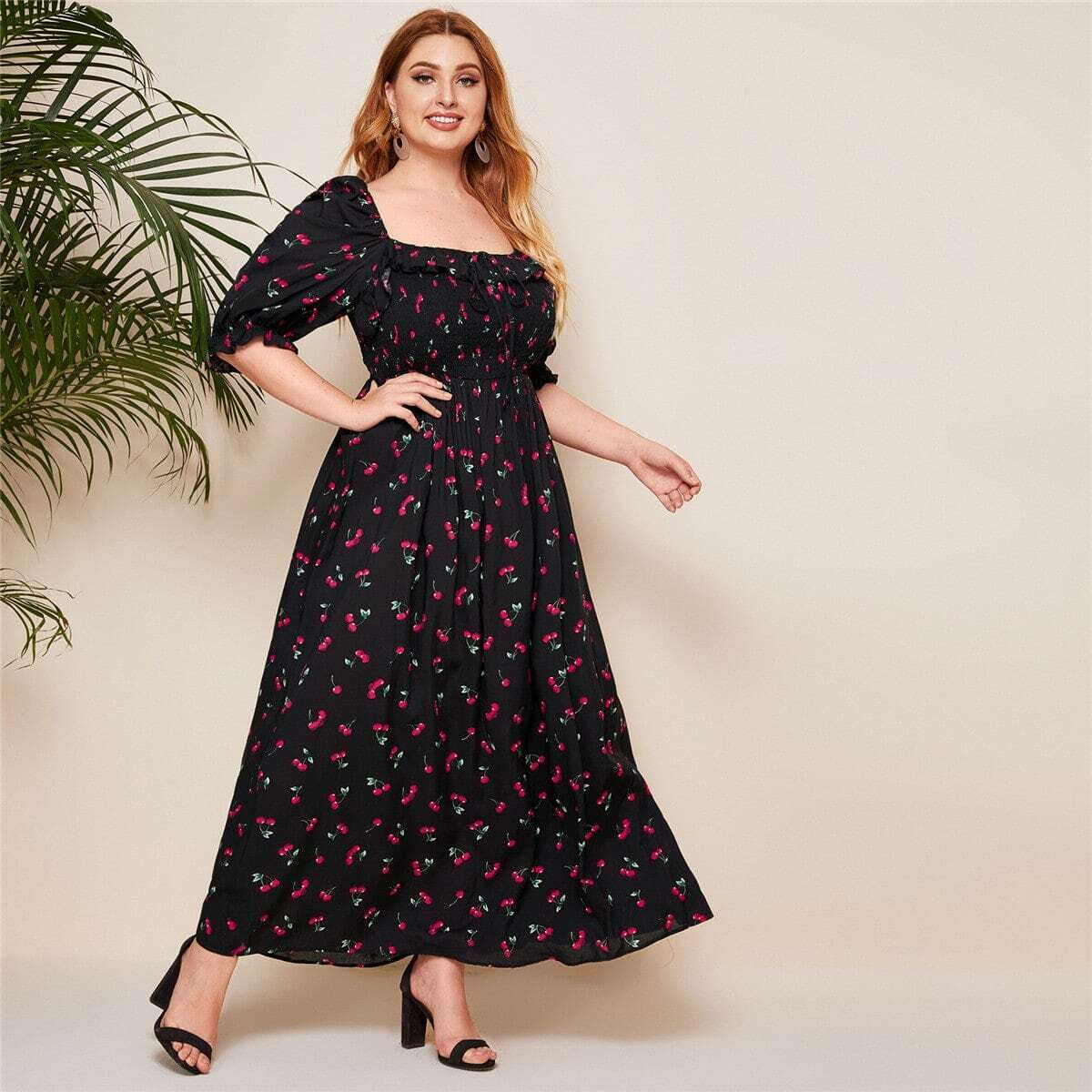 Платье размера плюс с вишневым принтом и оборками