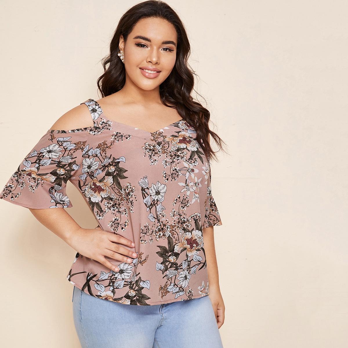 Блузка размера плюс с цветочным принтом и открытыми плечами