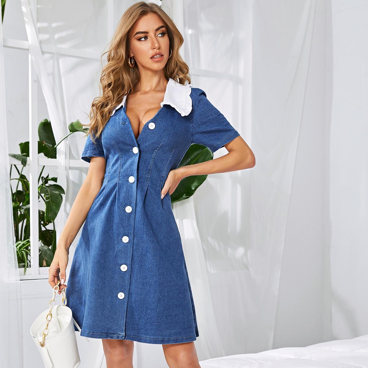 Джинсовое платье с контрастным вырезом