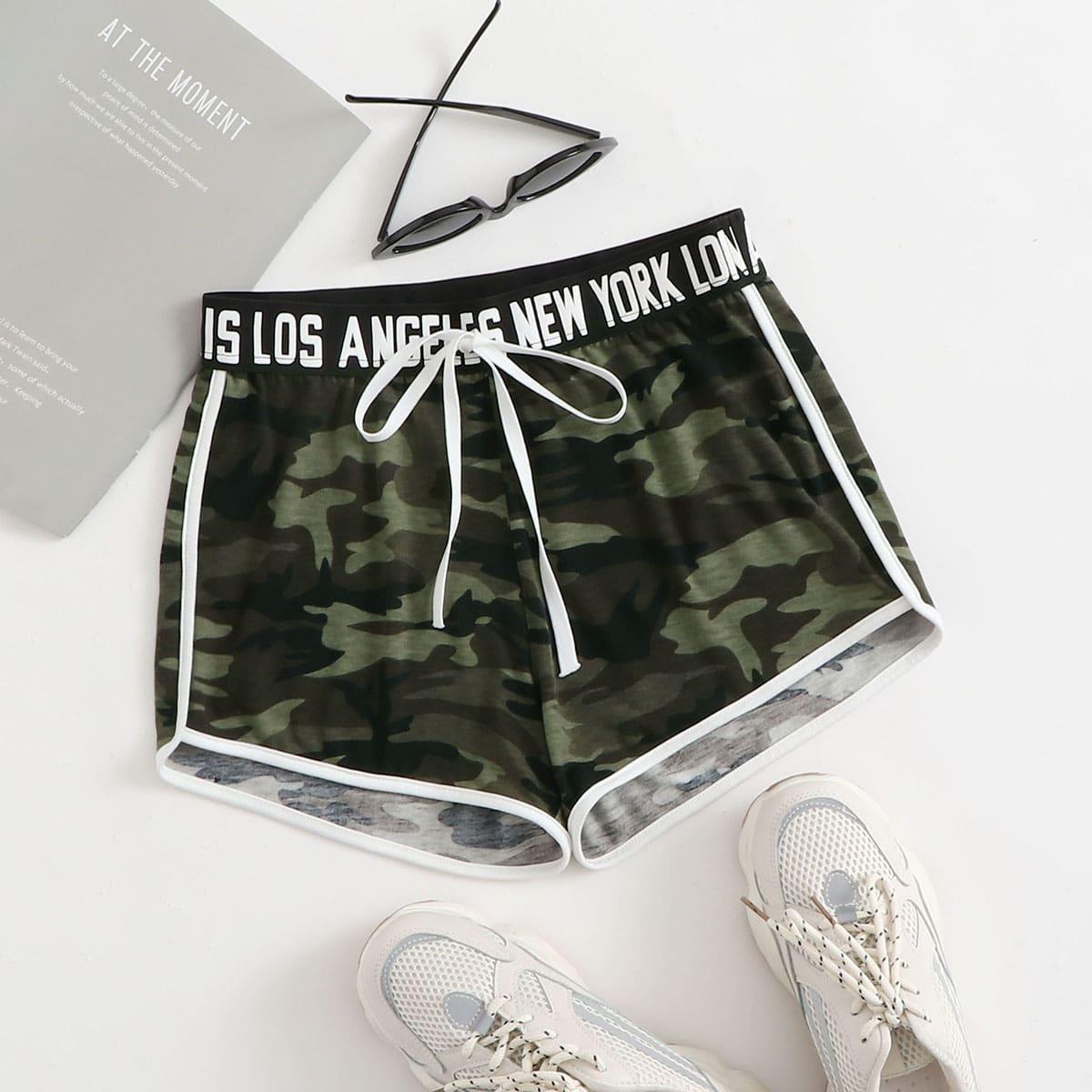 Камуфляжные шорты с текстовой лентой
