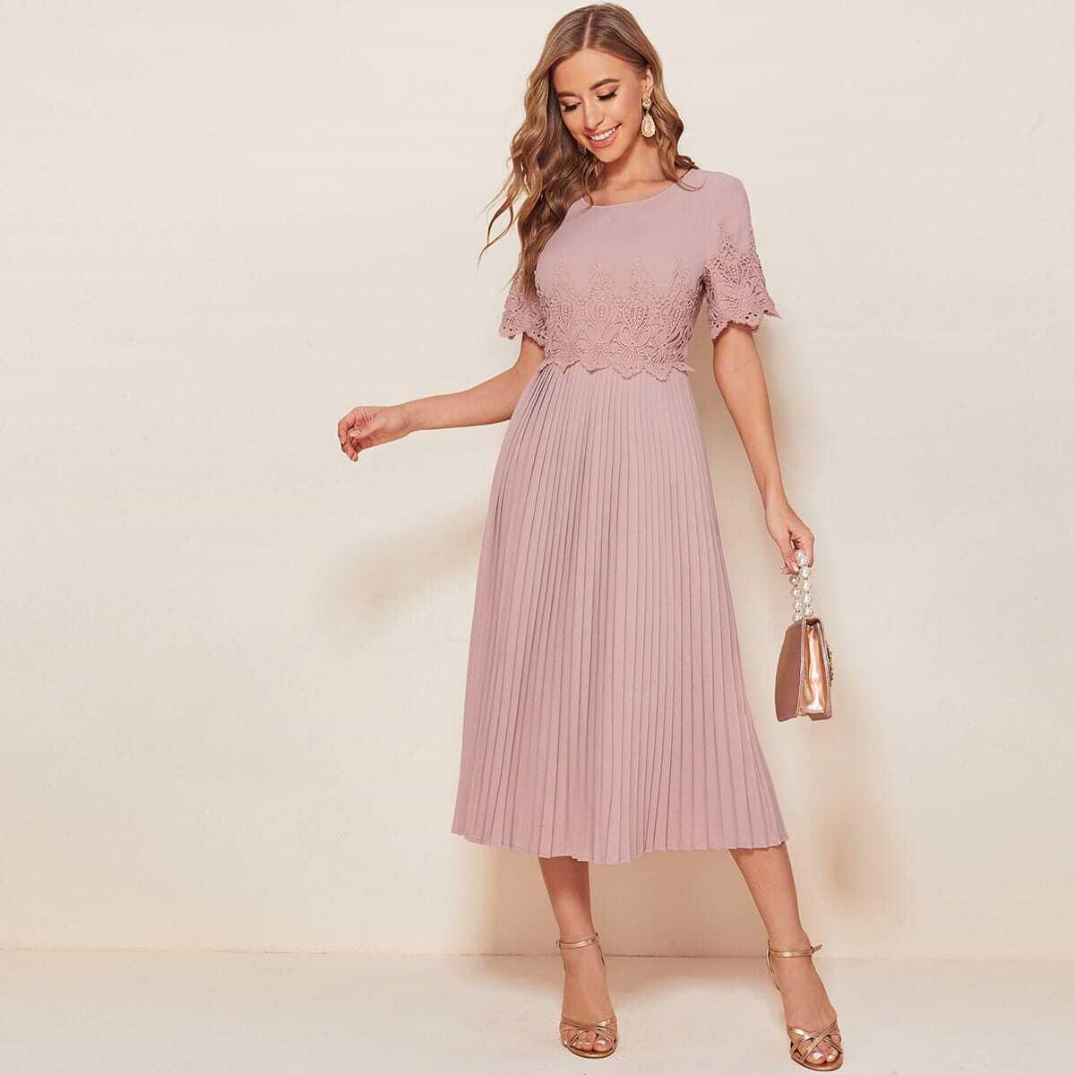 Плиссированное платье с кружевной отделкой