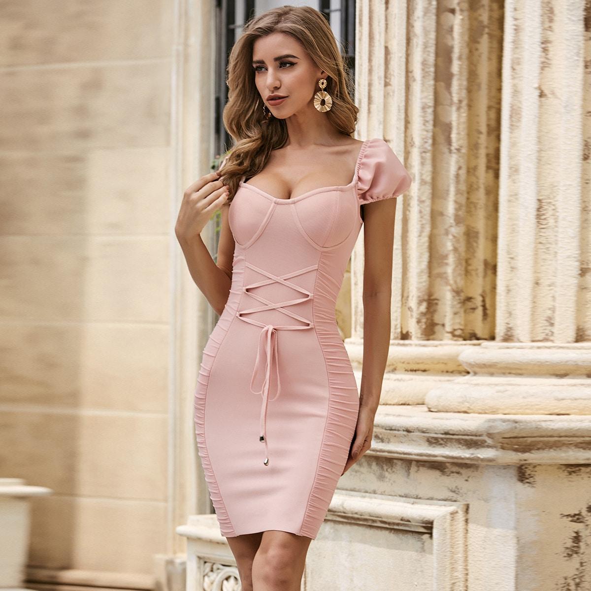 Облегающее платье на шнуровке с пышным рукавом