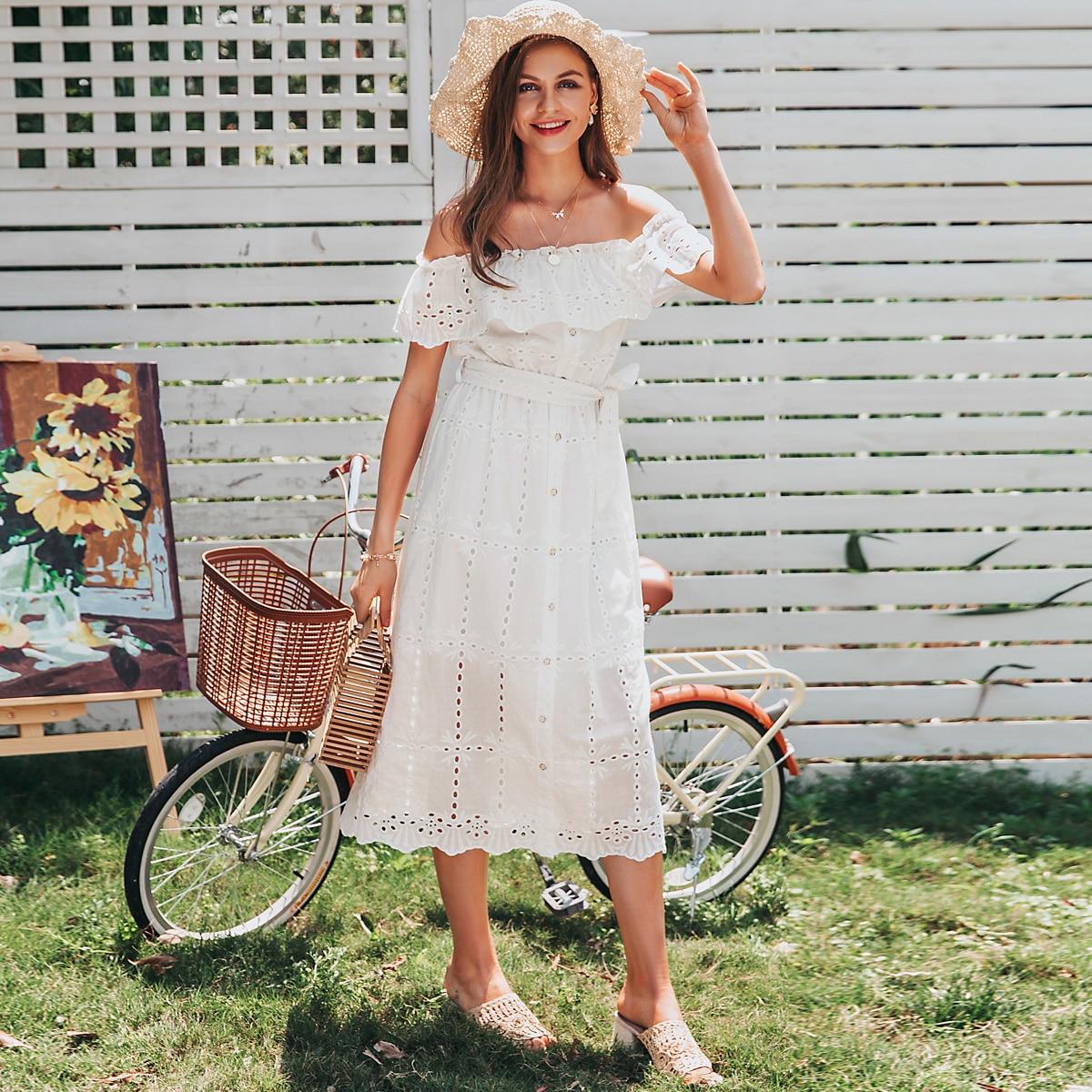 платье с поясом, пуговицами и открытыми плечами