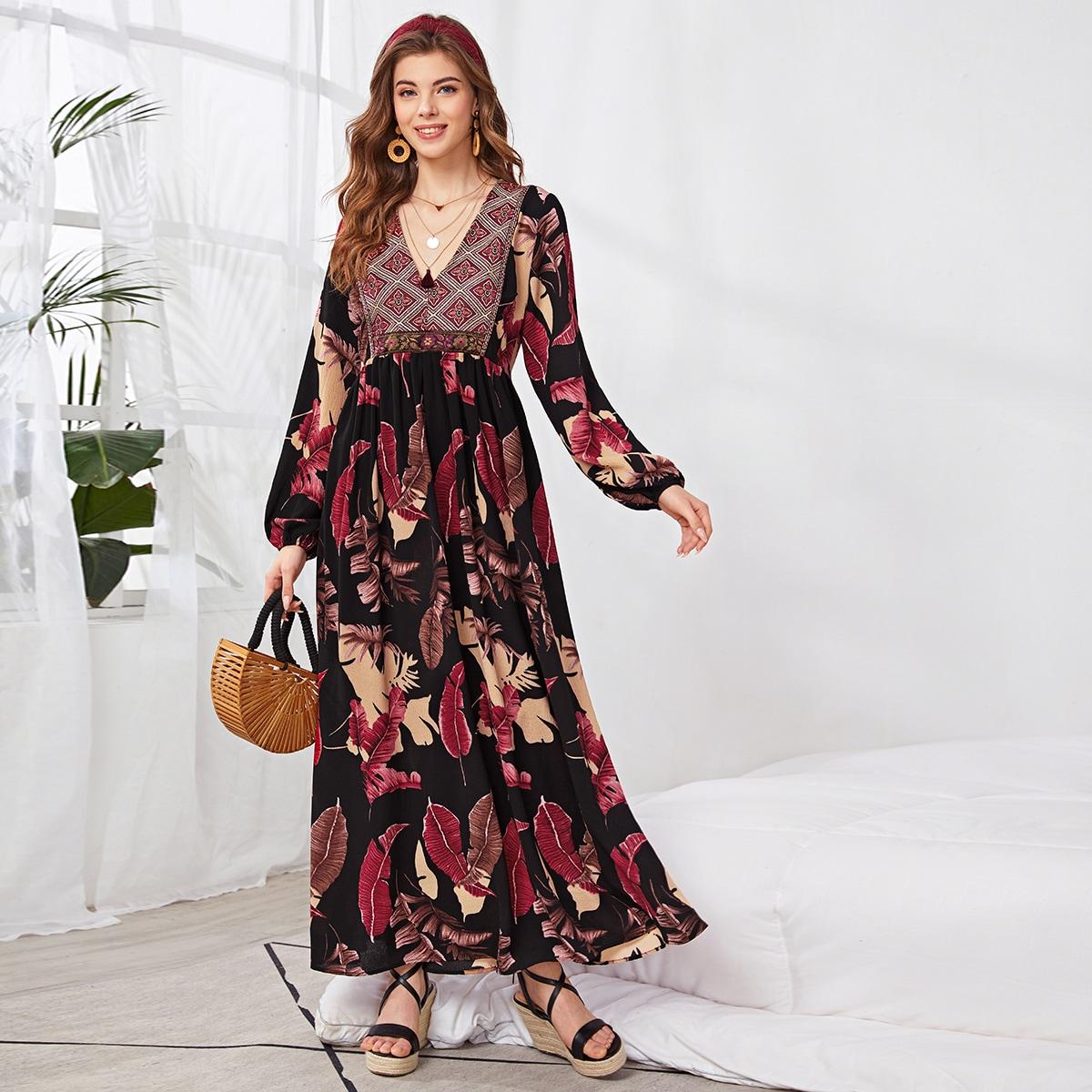 Расклешенное длинное платье с лиственным принтом