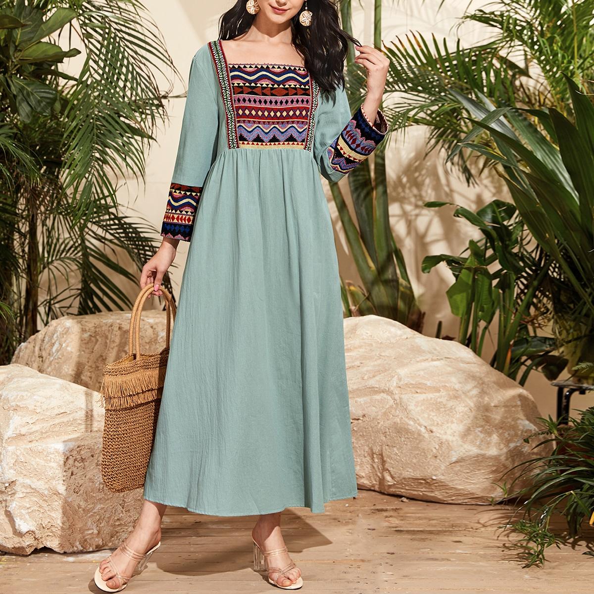 Платье макси с квадратным вырезом и племенной вышивкой