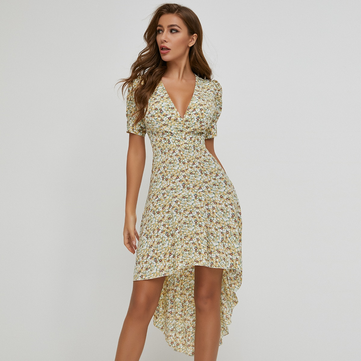 асимметричное платье с цветочным принтом и пышным рукавом