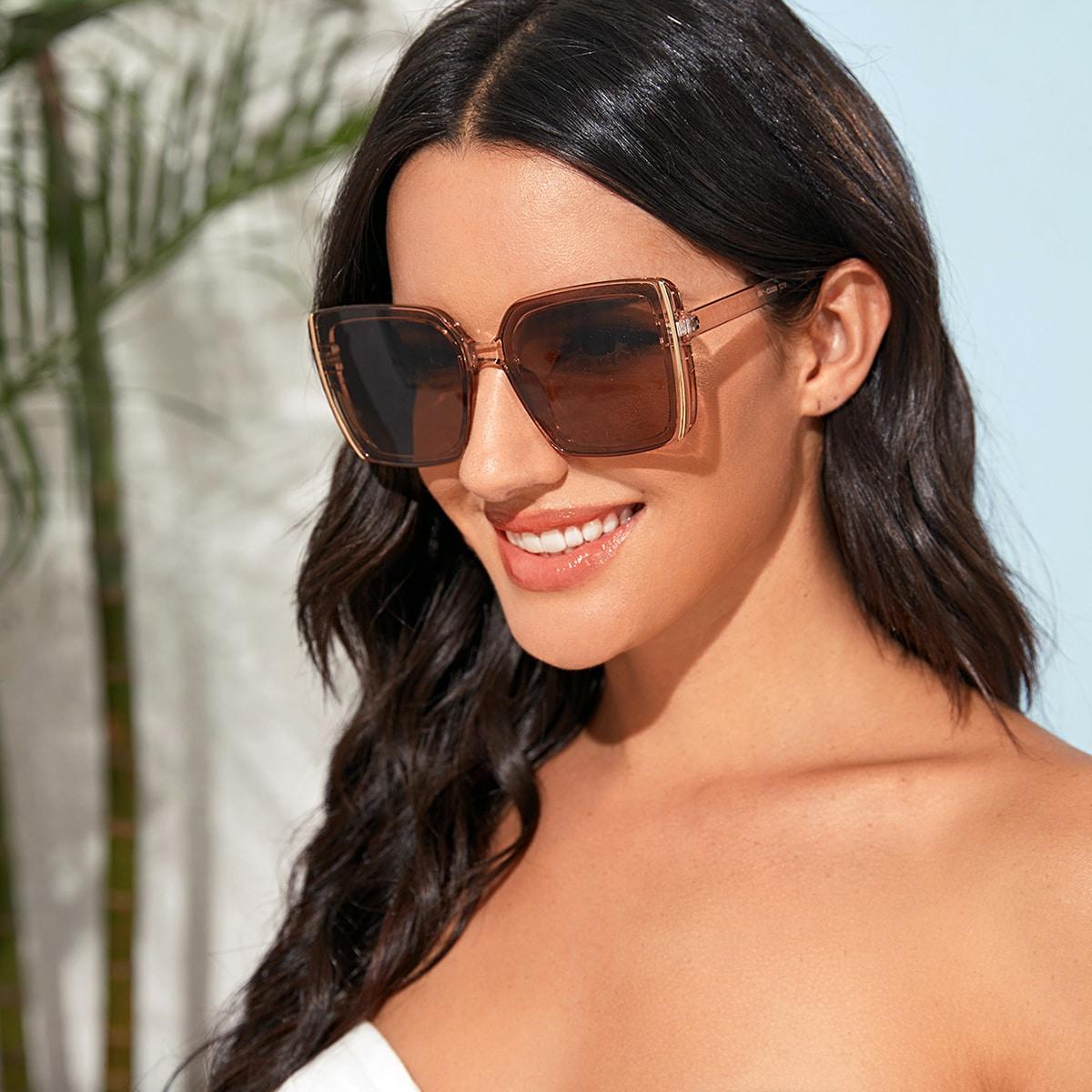 Прозрачные солнечные очки в квадратной оправе с футляром