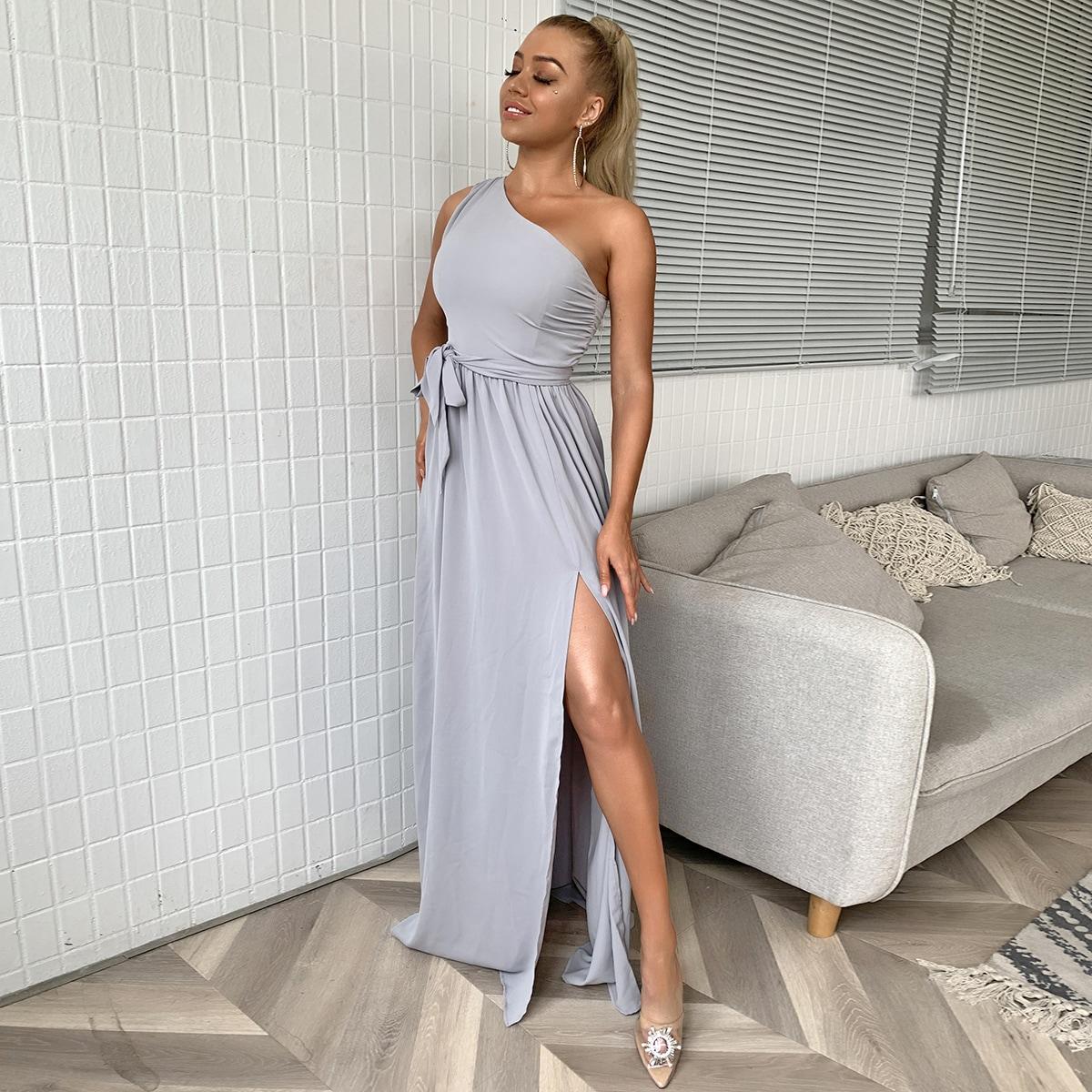 платье на одно плечо с разрезом и поясом