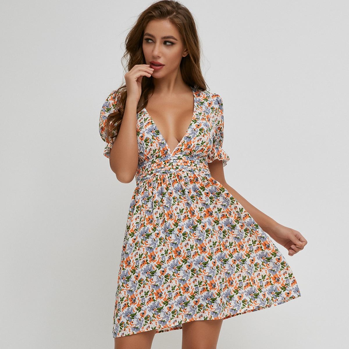 платье с цветочным принтом, пышным рукавом и глубоким вырезом