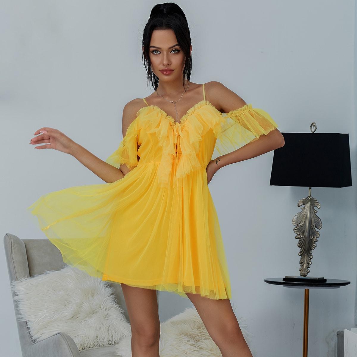 неоновой желтое сетчатое платье с открытыми плечами и оборкой