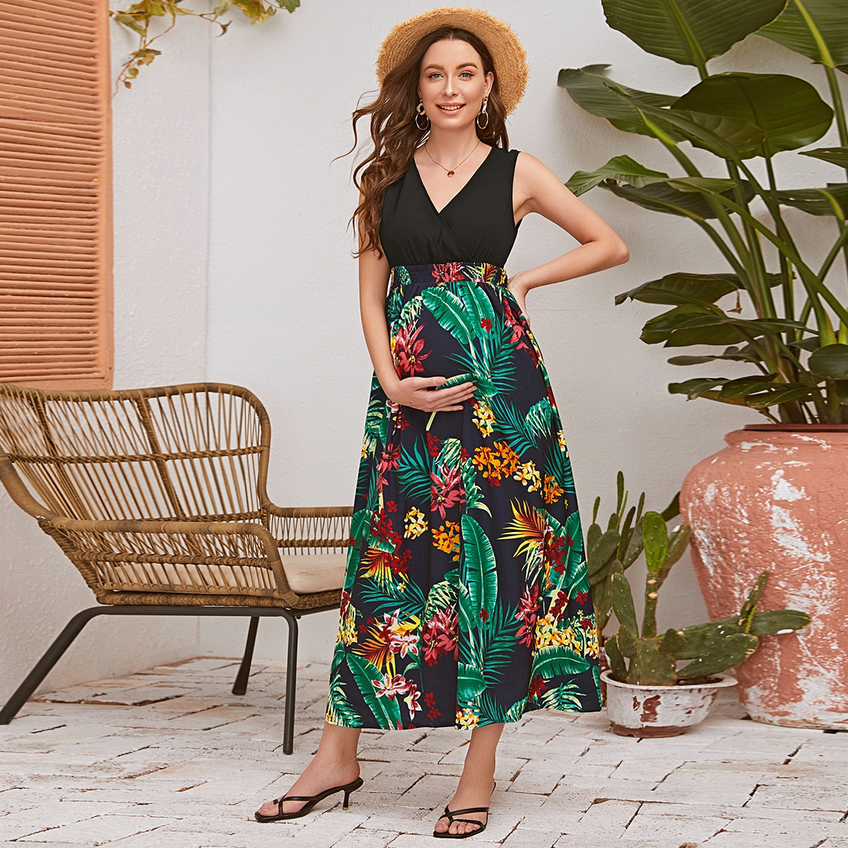 Платье с тропическим принтом и V-образным вырезом для беременных