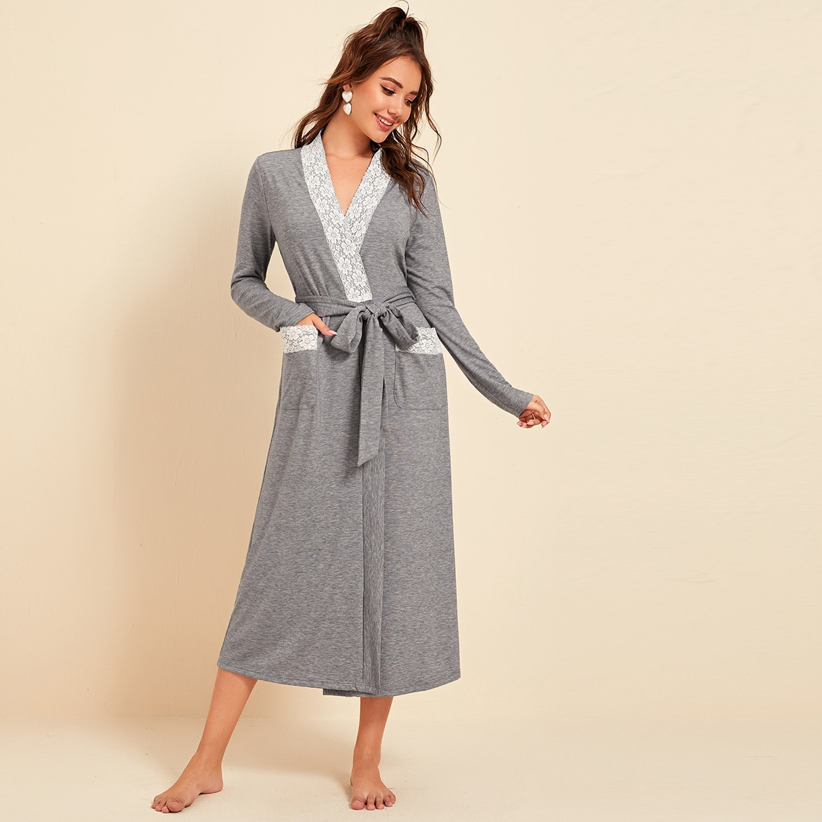 Халат с карманами, кружевной отделкой и поясом