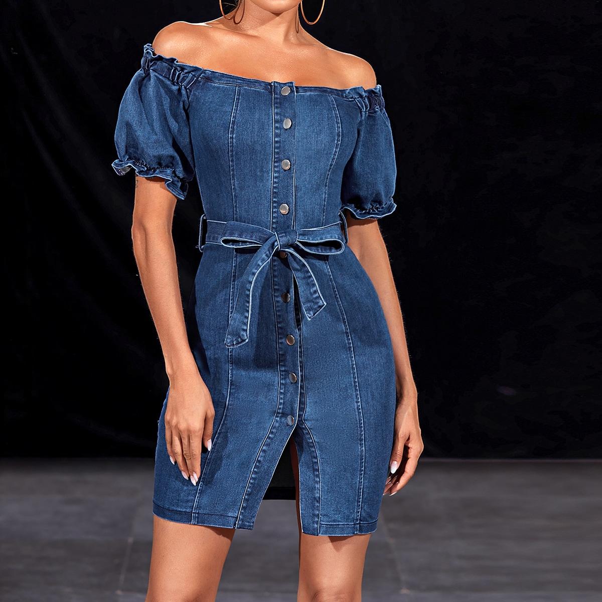 Джинсовое платье с пуговицами и открытыми плечами
