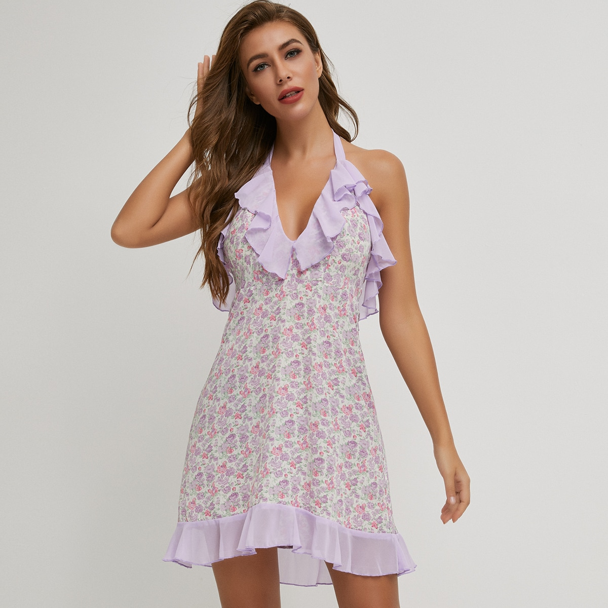 платье с цветочным принтом, халтером и узлом сзади
